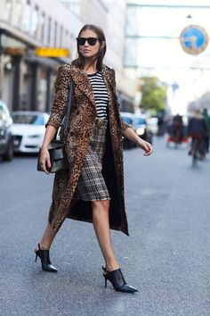 Queen of pattern matching! This is one of the best and most famous street style looks of 2017! Who thought that matching stripes, checks and a leopard print could look so good? Tip for beginners: start with only two patterns and work your way up to more and crazier colors