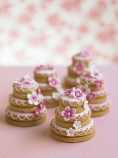 Fancy Cakes - Ideas as you create intriguing cute mini cakes Treats have always been a temptation fo Wedding Cake Cookies, Mini Wedding Cakes, Mini Cakes, Diy Wedding, Wedding Shower Cookies, Wedding Favours, Wedding Reception, Fancy Cookies, Iced Cookies