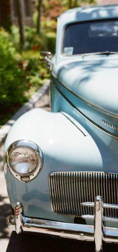 Yo quiero comer perdices contigo.. pale blue vintage wedding car