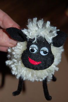 Pom-pom sheep DIY (could be done with cotton ball)