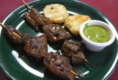 ANTICUCHOS Es carne (el original es de corazón de res) aderezada de forma especial en ají panca, ensartado en un palito de caña. Forma parte de la parrillada familiar acompañado de choclo, papa, ají y su chicha morada o chicha de jora. Habitualmente se comen en días festivos. Sin embargo, puede encontrarlos en una carretilla en Lima, en el distrito de Barranco por el Parque de los Suspiros y en algunos restaurantes.