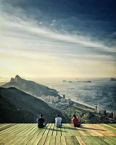 Another time we woke up at 5AM to capture the early light over fabulous Rio de Janeiro. These guys just set thereenjoying the view of the ocean the raising sun and the surrounding mountains. Now I am back to Berlin still tired after my flight wondering if my whole trip to Brazil was just a surreal dream. Sponsored by @samsungmobile_de  #samsungsnapshooter #galaxys7edge
