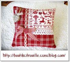 Christmas patchwork pillow - boutikcitrouille.canalblog.com
