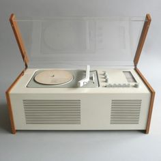Das-Programm A comprehensive online source for Dieter Rams' iconic designs for Vitsoe and Braun Vintage Design, Retro Design, Retro Vintage, Radio Record Player, Record Players, Radios, Dieter Rams, Carlo Scarpa, Vintage Records