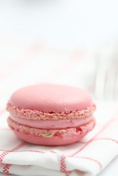 Pink Macarons by chef David Burke You could alter this recipe with another flavor extract and food coloring. Cookies Cupcake, Galletas Cookies, Cupcakes, Köstliche Desserts, Delicious Desserts, Dessert Recipes, Yummy Food, Macarons, Elegant Cookies