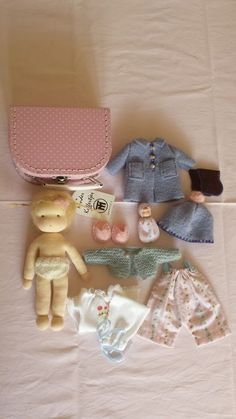 Like the crowns and bags on these waldorf style dolls maybe some capes or royal robes too – Artofitelsebesjes bleu big suitcase doll with blond hair Tiny Dolls, Old Dolls, Cute Dolls, Cupcake Dolls, Waldorf Toys, Bear Doll, Sewing Dolls, Knitted Dolls, Doll Crafts