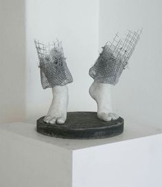 The Norwegian artist Lene Kilde seeks inspiration in the emotions of children and this is reflected in the culmination of her works. His minimalist and figurative sculptures in metal mesh, focused on the feet and hands of the subjects leaving the rest of the body in the imagination.