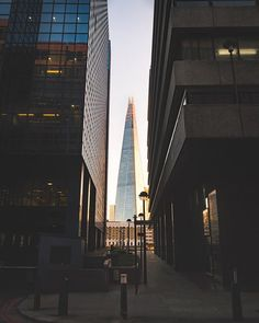 Shard looks magnificent and the light reflections .. #modernarchitecture #shard #igers #igerlondon #fastpace #thisislondon #igersoftheday #igersdaily #daily #dailypost #iglife #explorer #explore #neverstopexploring #lookaround #serialtraveler #exklusive_shot #beautifuldestinations #visualoftheday #ig_LondonUK #kings_villages #agameoftones #toplondonphoto #ig_masterpiece #visitlondon #picoftheday