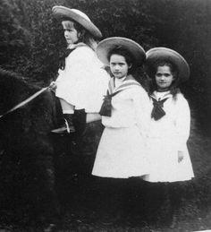 Closeup picture of Anastasia, Tatiana, and Maria, 1906