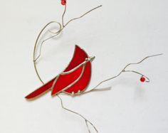 Brillante y colorido rojo cardenal suncatcher vidrieras en rama de alambre 3-dimentional con bayas