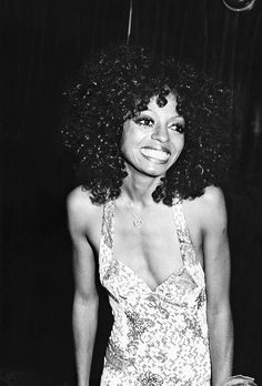 9 Memorable Moments in Curly Bob History: From Meg Ryan to Solange Knowles Haircuts For Curly Hair, Best Short Haircuts, Curly Hair Styles, Natural Hair Styles, Diana Ross, Vintage Black Glamour, Vintage Beauty, Lady Diana, Manhattan
