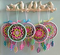 So awesome! Never thought of turning a mandala into a dream catcher.ideas for crochet dreamcatcherPeace / Love / hippie / Happiness / Dream Catcher / Art / Free / Flower / Hope / Moon / Universe / Light / Tattoo / Sky / Yoga / Meditation / Colors / G Crochet Diy, Mandala Au Crochet, Crochet Amigurumi, Crochet Home, Love Crochet, Crochet Gifts, Hand Crochet, Crochet Flowers, Crochet Ideas