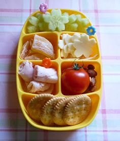 Little Nibbler Bento - my grader would love this, tho I'd have to use different raw veggies like baby carrots and sugar snap peas or edamame, and for the meat I'd roll up some tofurky deli slices with cheese. Toddler Meals, Kids Meals, Toddler Food, Lunch Snacks, Lunch Box, Lunches, Healthy Snacks For Kids, Healthy Eating, Kids Lunch For School