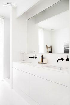 Stijlvol Wonen: het magazine voor warm-hedendaags wonen - ontwerp: Oscar V - fotografie: Sarah Van Hove #badkamer #vola #kranen #ladder #blackwhite