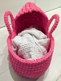 Doll's Carry Basket This crochet pattern / tutorial is available for free... Full post: Doll's Carry Basket