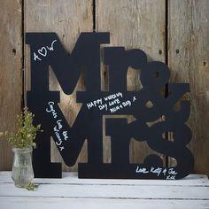 Livre d'or Original Mrs & Mr - Une belle alternative au livre d'or traditionnel, cette ardoise Mrs & Mr permettra à vos invités d'écrire un petit mot avec un stylo blanc ou de couleurs. Vous pourrez ainsi par la suite suspendre sur un mur de votre maison ce joli souvenir de votre grand jour. - http://shop.yesidomariage.com/produit/livre-dor-original-mrs-mr/