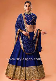 Before bookmarking your bridal dress check out these stunning Punjabi bride wedding dress designs online. Read the post to find out about the latest Punjabi wedding lehenga designs. Mode Bollywood, Bollywood Fashion, Indian Look, Indian Ethnic Wear, Indian Style, Gold Lehenga, Lehenga Choli, Anarkali, Royal Blue Lehenga