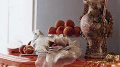 Usá marrón chocolate cálido para atenuar la opulencia vibrante del color mandarina.