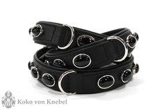 Understatement! Das Black Nights Collar besticht durch die zeitlose Eleganz und den wertvollen Schmucksteinbesatz. Von uns verarbeitetes Leder erfüllt höchste Ansprüche, jede Haut wird in Handarbeit überprüft und ausgewählt. Wobei jede Lederhaut durch die besondere, natürliche Struktur ein Unikat ist. Zur Gewährleistung gleichbleibender Qualität werden ausschließlich ganze Lederhäute verwendet. Bei dem Metall können Sie zwischen [...]Weiterlesen...