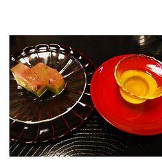 【pablo_amigo_chi】さんのInstagramをピンしています。 《#おやつ #桜羊羹#お煎茶 #萬松堂 #吉野#奈良県#和菓子 #桜#抹茶#japan #osaka #nara #yoshino #japanese sweets#yokang #cherryblossom #matcha #greentea . . 今日のおやつは 桜羊羹🌸🌸🌸 . 吉野のお土産です . 吉野の八重桜をちりばめた琥珀と 抹茶の二層になってて おいしーい(*^_^*) . まだちょっと蒸し暑かったので 漆器二層にガラスの器を合わせてみました✨ . 羊羹とお煎茶で まったりしつつ 「栗のかき氷を食べに行きたいなー🍧」 #しげちゃん秋の栗祭りに 参加しなくっちゃ!なのであります(^-^)/》
