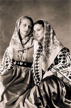 Greek women in traditional costumes Ancient Greek Costumes, Greek Traditional Dress, Greece Photography, Greek Beauty, Greek Culture, Period Outfit, Vintage Couture, Folk Costume, Feminine