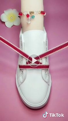 Buket Coşkun The post DIY unglaubliche Schnürsenkel Guide! Buket Coşkun 2019 appeared first on Lace Diy. Ways To Lace Shoes, How To Tie Shoes, Creative Shoes, Creative Ideas, Shoe Crafts, Diy Fashion, Womens Fashion, Clothing Hacks, Mode Outfits