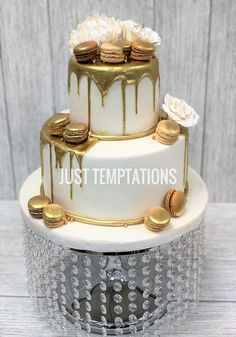 white and gold wedding cake with macaroons Macaroon Wedding Cakes, Cream Wedding Cakes, Fondant Wedding Cakes, Wedding Cakes With Cupcakes, Cupcake Cakes, White Birthday Cakes, 70th Birthday Cake, Bithday Cake, Happy Anniversary Cakes