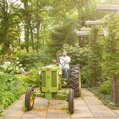 【jun_spark】さんのInstagramをピンしています。 《いつかは俺もマイトラクター。  清里は緑色のジョンディアのトラクターが良く走ってる。かっこいい。そんな私は農家さんからもらったクボタの帽子かぶってる。  #山梨 #清里 #萌木の村 #ジョンディア #johndeere #トラクター #森》