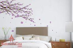 Temas floridos são sempre opções que proporcionam uma bela decoração e combinam com diversos ambientes. Esse exuberante adesivo contém abundante e grande galho repleto de flores. As camélias cor de rosa significam grandeza de alma e favorecem um espaço harmonioso e clima confortável.