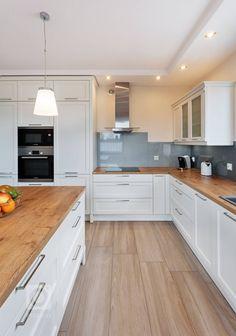 Čistý a svěží skandinávský styl už dávno nenajdete jen v severní Evropě, kde zejména v dlouhých zimních měsících mají lidé nedostatek denního světla, a proto… Splashback, Stylus, House Plans, New Homes, Kitchen Cabinets, Shelves, Live, Home Decor, Inspiration