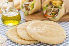 La pita è il pane tondo e piatto, tipico della Grecia e di altri paesi del Medioriente, usato per accompagnare varie pietanze o come base per il gyros