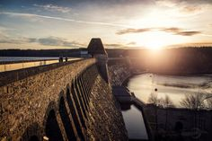 Die Möhnetalsperre. Der Möhnesee im Kreis Soest (NRW) ist ein Stausee, der mit einer 40,3 m hohen und 650 m langen Staumauer aufgestaut wird. Bei einem Rollbomben-Angriff auf die Staumauer im 2. Weltkrieg kamen über 1600 Menschen durch die Flutwelle ums Leben