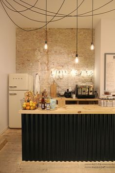 Cuisine inspiration industrielle, mur de briques, suspensions, bar | Industrial style Kitchen , brick wall, pendant Light, island