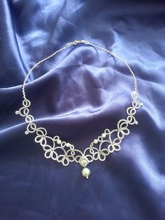 Delicada gargantilla en encaje de frivolité, patrón proprio, trabajado en hilo de algodón de alta calidad. Las perlas son tejidas en el encaje.