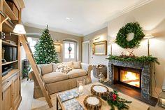 Świąteczna aranżacja salonu, w której klimat podkręca kominek! Przystrojony prostą kompozycją ze świerkowych gałązek...