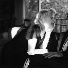 Marilyn-Monroe-Smile-White-Gloves-8x8-B-W-Picture