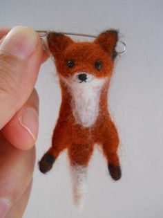 Miniature swinging fox safety pin brooch. por FeltCuriousShop