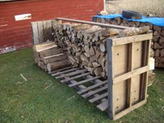You want to build a outdoor firewood rack? Here is a some firewood storage and creative firewood rack ideas for outdoors. Pallet Crafts, Pallet Ideas, Pallet Projects, Home Projects, Pallet Wood, Pallet Patio, Outdoor Firewood Rack, Firewood Storage, Firewood Holder