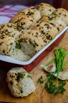 Delicious homemade bread with garlic and aromatic herbs. Garlic Butter For Bread, Aromatic Herbs, Mashed Potatoes, Rolls, Homemade, Meat, Chicken, Ethnic Recipes, Food