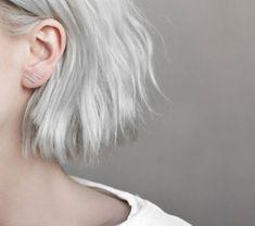 """Depois dos cabelos coloridos com tons sereia (rosa pastel, verde água, azul bebê, lilás, etc), chegou a vez dos cabelos cinzas e prateados tomarem conta das tendências das madeixas descoladas. Uma busca no Pinterest por """"gray hair"""" vai te levar a diversas fotos de cabelos cinzas – de celebridades a meninas """"comuns"""", tem muita gente …"""