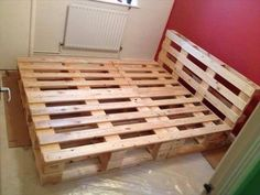 Palettenbett DIY Pallet Bed Frame for Your Bed Room - Pallet Bed Frame Diy Bed Jewelry that Wooden Pallet Beds, Pallet Bed Frames, Diy Pallet Bed, Diy Bed Frame, Diy Pallet Projects, Wooden Diy, Pallet Furniture, Pallet Ideas, Diy Pallet Queen Bed Frame