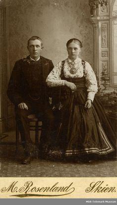 Mann og kvinne i atelier, han i rundtrøye, ho i beltestakk Folk Costume, Costumes, Norway, Scandinavian, Childhood, Museum, Graduation, Painting, Couple