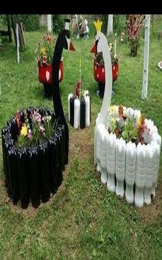 39 Cheap and Easy DIY Garden Ideas Everyone Can Do Cheap and Easy DIY Garden Ideas Everyone Can DoIf you've decided that gard Diy Garden Projects, Garden Crafts, Diy Garden Decor, Garden Art, Easy Garden, Garden Decorations, Tire Garden, Bottle Garden, Garden Planters