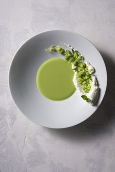 Sopa verde with riccotta cheese smear and broken spring green peas. Food Photography Styling, Food Styling, Food Design, Modern Food, Food Decoration, Greens Recipe, Molecular Gastronomy, Gourmet Recipes, Gourmet Desserts