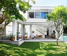 See how a modern, shed-like extension transformed the original Sydney cottage owned by an interior designer. Retro Beach House, Cottage Extension, Double Storey House, Victoria House, Screen House, Small Backyard Design, Box Houses, Australian Homes, House Extensions