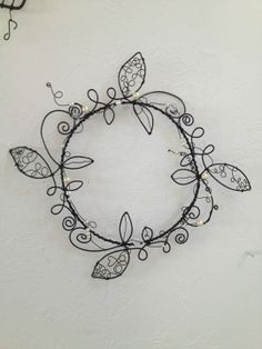 Wire and bead wreath - make this! Wire Wrapped Jewelry, Wire Jewelry, Jewelery, Wire Crafts, Metal Crafts, Barbed Wire Art, Wire Wall Art, Wire Ornaments, Wire Flowers