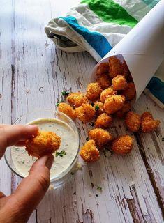 Blomkåls-popcorn med parmesan og hvidløgsdip - Myfoodblog.dk Yummy Eats, Yummy Food, No Bake Snacks, One Pot Meals, Fritters, I Love Food, Tapas, Healthy Snacks, Vegan Recipes