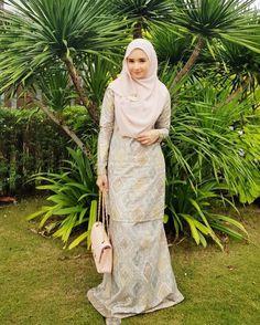 Sebelum baju tumpah nasi minyak apa semua, ootd dulu  ( wearing cotton songket printed kurung and Lady B shawl @bellaammara ) #ootdbelle