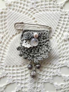 Little Treasures: Crochet Art Brooch - free pattern Crochet Art, Crochet Brooch, Diy Crochet And Knitting, Felt Brooch, Crochet Flowers, Crochet Earrings, Fabric Brooch, Crochet Accessories Free Pattern, Crochet Jewelry Patterns