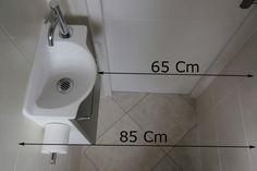 Mettre en place un lave-mains dans des wc étroits, c'est possible ! Découvrez comment optimiser l'espace grâce à un lave-mains de faible profondeur !